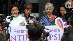 Koalisi Perempuan Antikorupsi menunjukkan surat yang dikirim kepada Presiden Joko Widodo (Jokowi) saat memberikan keterangan di depan Gedung KPK, Jakarta, Selasa (15/10/2019). Mereka menuntut presiden segera mengeluarkan Perpputentang RUU KPK. (merdeka.com/Dwi Narwoko)