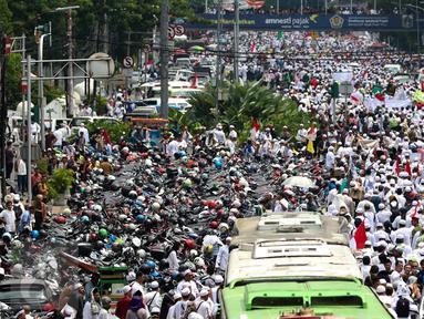 Ribuan demonstran mulai bergerak menuju Balai Kota, Jakarta, Jumat (4/11). Mereka akan melakukan unjuk rasa terkait dugaan penistaan agama yang dilakukan Basuki Tjahaja Purnama (Ahok). (Liputan6.com/Faizal Fanani)
