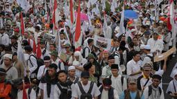 Peserta Aksi 169 Bela Rohingya memadati kawasan Patung Kuda, Jakarta Pusat, Sabtu (16/9). Mereka membawa sejumlah spanduk yang bertuliskan seruan untuk menghentikan kekerasan terhadap etnis Rohingya di Rakhine, Myanmar. (Liputan6.com/Faizal Fanani)