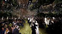 Para model membawakan rancangan Christian Dior untuk koleksi spring/summer 2017 di Musee Rodin, Paris, Senin (23/1). Di awal pertunjukkan, variasi busana serba hitam dengan potongan maskulin mendominasi sekuen pertama. (FRANCOIS Guillot/AFP)
