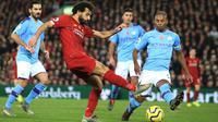 Bintang Liverpool, Mohamed Salah berusaha untuk mencetak gol ke gawang Manchester City dalam pertandingan pekan ke-12 Liga Inggris 2019-2020 di Anfield, Minggu (10/11/2019). Liverpool menghabisi Man City dengan skor cukup telak 3-1. (AP/Jon Super)