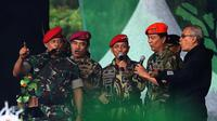 Panglima TNI Jenderal Gatot Nurmantyo didampingi KSAD Jenderal TNI Mulyono dan KSAL Laksmana Ade Supandi berduet dengan musisi legendaris Iwan Fals. (Liputan6.com/Helmi Affandi)