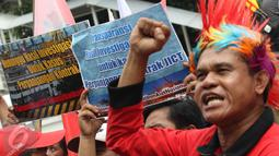 Pekerja yang tergabung dalam Serikat Pekerja JICT meminta KPK untuk segera mengusut kasus perpanjangan kontrak JICT dengan Hutchison Port Jakarta yang terindikasi adanya korupsi, Jakarta, Selasa (9/5). (Liputan6.com/Helmi Afandi)