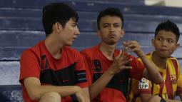 Para pesepak bola tuna rungu berdiskusi menggunakan bahasa isyarat saat akan bertanding pada Kejuaraan Futsal Tuna Rungu di GOR Ciracas, Jakarta, Sabtu (7/11/2015). (Bola.com/Vitalis Yogi Trisna)