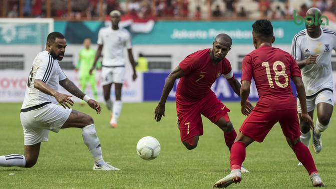 Striker Timnas Indonesia, Boaz Solossa, mengontrol bola saat melawan Mauritius pada laga uji coba di Stadion Wibawa Mukti, Jawa Barat, Selasa (11/9/2018). Hingga babak pertama usai kedua negara masih imbang 0-0. (Bola.com/Vitalis Yogi Trisna)