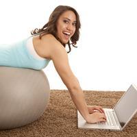 Jangan menjadikan jadwal dan sibuk sebagai alasan untuk tidak berolahraga. Kamu tetap bisa melakukannya meskipun di kantor.