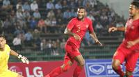 Marinus Wanewar melakukan selebrasi pada laga Timnas Indonesia U-22 kontra Kamboja pada Piala AFF U-22 2019, di Olympic Stadium, Phnom Penh, Jumat (22/2/2019). (Bola.com/Zulfirdaus Harahap)