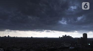 Pemandangan Kota di salah satu sudut Jakarta diselimuti awan hitam dikarenakan mendung, Rabu (11/12/2019). BMKG memperkirakan puncak musim hujan akan berlangsung mulai Februari 2020 di wilayah DKI Jakarta. (Liputan6.com/Johan Tallo)