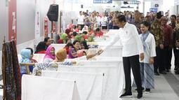 Presiden Joko Widodo didampingi Ibu Negara Iriana Jokowi saat menghadiri acara batik kemerdekaan di Stasiun MRT Bundaran HI, Kamis (1/8/2019). Dalam kesempatan tersebut Jokowi berharap batik bisa dikembangkan sebagai sebuah brand. (Liputan6 com/Angga Yuniar)