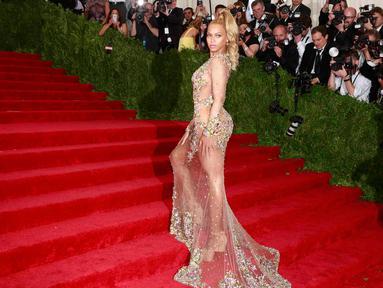 Penyanyi Beyonce Knowles menjadi pusat perhatian dengan gaunnya saat menghadiri acara 'China: Through The Looking Glass' Costume Institute Benefit Gala di Metropolitan Museum of Art, New York, Senin (4/5/2015). (REUTERS/Andrew Kelly)