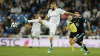 Striker Real Madrid, Karim Benzema, mengontrol bola saat melawan Celta Vigo pada laga La Liga di Stadion Santiago Bernabeu, Sabtu (12/5/2018). Real Madrid menang 6-0 atas Celta Vigo. (AP/Paul White)