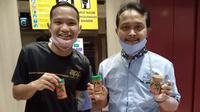 Penyerang Persebaya Surabaya, Oktafianus Fernando, memperlihatkan sambal yang menjadi produk bisnis miliknya. (Bola.com/Aditya Wany)