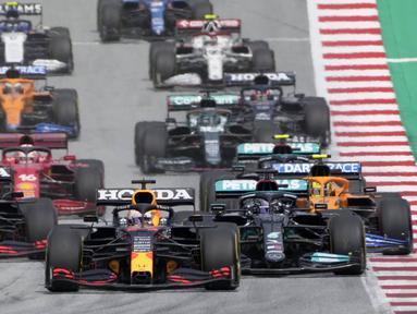 Start dari posisi terdepan, Verstappen langsung tancap gas memimpin balapan. Hamilton yang mendapat pole kedua mencoba menempel Verstappen di awal balapan. (Foto: AP/Pool/Darko Vojinovic)