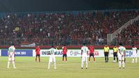 Mengheningkan cipta untuk korban gempa dilakukan sebelum laga Kamboja vs Indonesia di Piala AFF U-16 2018 di Stadion Gelora Delta, Sidoarjo, Senin (6/8/2018). (Bola.com/Aditya Wany)
