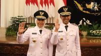 Gubernur dan Wakil Gubernur Jawa Timur periode 2019-2024, Khofifah Indar Parawansa dan Emil Elestianto Dardak foto bersama usai dilantik di Istana Negara, Jakarta, Rabu (13/2). (Liputan6.com/Angga Yuniar)