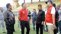 PSSI saat melakukan inspeksi ke Stadion Si Jalak Harupat, Soreang (1/2/2020). (Bola.com/Erwin Snaz)
