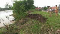 Tanggul di Sungai Pemali itu nyaris ambles akibat debit air yang deras.