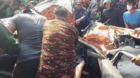 Sebuah kecelakaan maut antara kendaraan pribadi dengan truk tanah terjadi di Jalan Imam Bonjol, Kota Tangerang, Kamis (1/8/2019). (Liputan6/Pramita Tristiawati)