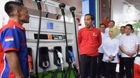 Presiden Joko Widodo atau Jokowi (tengah) berbincang dengan petugas SPBU saat meresmikan Implementasi Program Biodiesel 30 persen (B30) di SPBU MT Haryono, Jakarta, Senin (23/12/2019). Jokowi menargetkan implementasi program B40 pada tahun 2020 dan B50 pada tahun 2021. (Liputan6.com/Angga Yuniar)