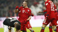 Gelandang Bayern Munich, Franck Ribery, melakukan selebrasi usai membobol gawang RB Leipzig pada laga Bundesliga di Allianz Arena, Kamis (20/12). Bayern Munich menang 1-0 atas RB Leipzig. (AP/Matthias Schrader)