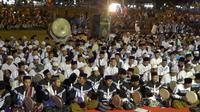 Ada 4.444 manusia pemain rebana diatas panggung untuk konser rebana kolosal memperingati Harlah NU, Kamis (1/3/2018). (foto: Liputan6.com / felek wahyu)