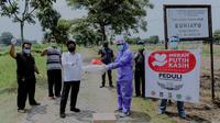 Penggali makam khusus jenazah Covid-19 di Tempat Pemakaman Umum (TPU) Buniayu, Sukamulya, Kabupaten Tangerang, Banten mendapat bantuan APD, Sabtu (18/4/2020). (Ist)