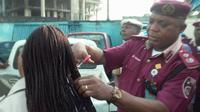 Komandan FRSC Nigeria Memotong Rambut Anak Buah Perempuannya (FRSC Rivers State/Facebook)
