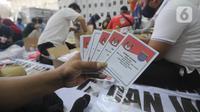 Petugas memperlihatkan surat suara di Gudang Logistik KPU, Depok, Senin (23/11/2020). Komisi Pemilihan Umum (KPU) Kota Depok telah menerima sebanyak 1.262.051 surat suara yang dicetak untuk Pilkada 2020 sesuai jumlah daftar pemilih tetap (dpt) ditambah 2,5 persen cadangan. (merdeka.com/Arie Basuki)