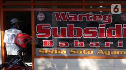 Warga memasuki salah satu warung makan, Jakarta, Senin (26/7/2021). Pemerintah menyesuaikan aturan PPKM Level 4 pada pelaku usaha kuliner dengan mengizinkan menerima pengunjung makan di tempat dengan protokol kesehatan dan waktu makan maksimal 30 menit. (Liputan6.comHelmi Fithriansyah)