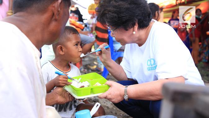 Ketua Yayasan Karya Alfa Omega Non Rawung membantu korban bencana di Palu. Dok: Karya Alfa Omega