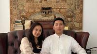 Tata Cahyani dan Darma Mangkuluhur tampil sederhana mengenakan baju pink  dan koko putih di Hari Raya Idul Fitri (Dok.Instagram/@tatacahyani/https://www.instagram.com/p/CAkDr8Dg_-T/Komarudin)