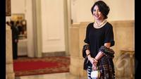 Sherina terlihat mengenakan blus hitam berbahan kain sifon dipadu kain warna senada dengan corak yang minimalis, Istana Negara, Jakarta, Senin (26/1/2015). (Liputan6.com/Faizal Fanani)