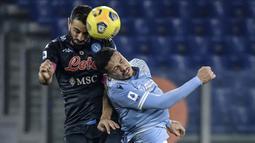Bek Napoli, Nikola Maksimovic (kiri), memenangi duel udara dengan bek Lazio, Luis Felipe, dalam laga lanjutan Liga Italia Serie A 2020/21 pekan ke-13 di Olimpico Stadium, Roma, Minggu (20/12/2020). Napoli kalah 0-2 dari Lazio. (AFP/Filippo Monteforte)