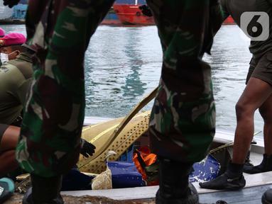 Tim selam Marinir TNI AL berhasil menemukan dan mengevakuasi serpihan pesawat Sriwijaya Air SJ 182 yang kemudian diserahkan ke Basarnas, Kepolisian, serta KNKT di Dermaga JICT 2, Jakarta, Minggu (10/1/2021). (Liputan6.com/Helmi Fithriansyah)
