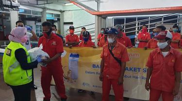PT ASDP Indonesia Ferry (Persero) menyalurkan 5.819 paket sembako kepada masyarakat di 7 pelabuhan