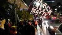 Orang-orang berbaris pada malam pemilihan di Seattle, pada 3 November 2020. (Foto: AP / Ted S Warren)