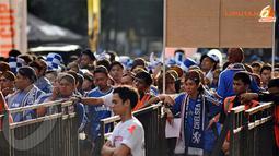 Sebuah Pemandangan yang menarik terlihat beberapa fans Chelsea menggunakan Blangkon yang merupakan salah satu ciri budaya Indonesia.(Liputan6.com/Helmi Fithriansyah)