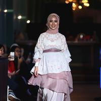 Chacha Frederica pakai tunik dan rok panjang. (Photografer: Daniel Kampua/Bintang.com)