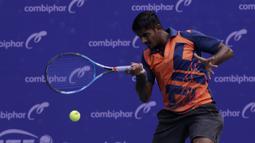 Ganda Putra India, Prajwal Dev, memukul bola saat melawani ganda Indonesia pada laga Combiphar Tennis Open 2019 di Hotel Sultan, Jakarta, Kamis (8/8). Ganda India menang 7-5, 6-1atas ganda Indonesia. (Bola.com/Yoppy Renato)