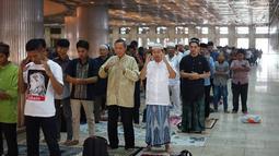 Umat muslim menunaikan salat Idul Adha di Masjid Istiqlal, Jakarta, Minggu (11/8/2019). Idul Adha 1440 Hijriah dirayakan secara nasional pada hari Minggu (11/8), serta dilanjutkan dengan pemotongan hewan kurban untuk dibagikan kepada warga. (Liputan6.com/Immanuel Antonius)