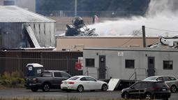 Operasi penyelamatan berlangsung di mana pesawat pengebom era Perang Dunia II milik Amerika Serikat jatuh di Bandara Internasional Bradley, Connecticut, Rabu (2/10/2019). Pesawat Boeing B-17 itu dilaporkan berusaha mendarat ketika kecelakaan itu terjadi. (AP Photo/Jessica Hill)