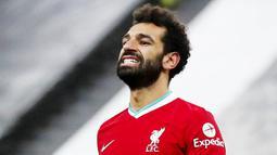 Penyerang Liverpool, Mohamed Salah, tampak kecewa usai gagal mencetak gol ke gawang Newcastle United pada laga Liga Inggris di Stadion St James' Park, Rabu (30/12/2020). Kedua tim bermain imbang tanpa gol. (AP/Scott Heppell)