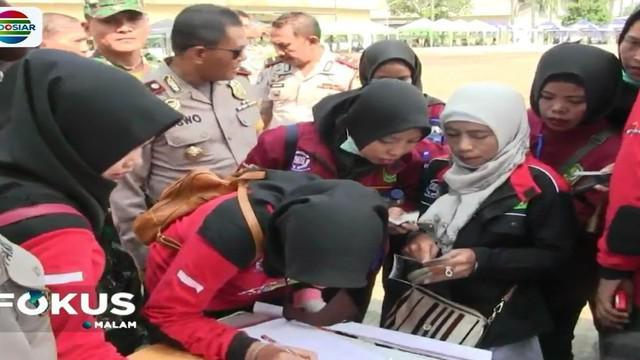 Peringatan Hari Buruh di Bekasi, Jawa Barat, diwarnai dengan aksi simpatik Polres setempat dengan menggelar bermacam pelayanan gratis bagi para buruh.