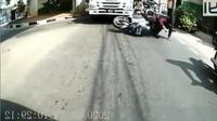 Seorang pengendara wanita alias emak-emak tertabrak truk saat hendak memutar arah (@agoez_bandz4).