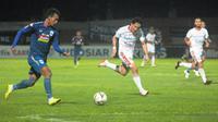 Striker PSIS Semarang, Hari Nur Yulianto (kiri) mencoba menembus pertahanan Bali United dalam pertandingan di Stadion Moch Soebroto, Magelang, Jumat (15/11/2019). (Bola.com/Vincentius Atmaja)