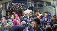 Pemudik antre saat memasuki kapal penyebrangan di Dermaga 1 Pelabuhan Penyebrangan Merak, Banten, Sabtu (1/6/2019). Hingga Sabtu (1/6) pukul 08.00 WIB, pemudik yang menyebrang dari pelabuhan Merak menuju Bakauheni mengalami peningkatan 30,1%.(Www.sulawesita.com)