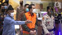Wakil Ketua DPR Aziz Syamsuddin digiring petugas jelang penetapan tersangka dan penahanan di Gedung KPK Jakarta, Sabtu (25/9/2021). Politisi Partai Golkar ini ditetapkan sebagai tersangka dan langsung ditahan KPK terkait kasus penanganan perkara di Pemkab Lampung Tengah. (Liputan6.com/Faizal Fanani)