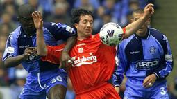 Robbie Fowler merupakan legenda yang lahir dari akademi Liverpool. Ia tercatat sebagai pencetak gol terbanyak ketujuh dalam sejarah Liga Inggris, yaitu sebanyak 163 gol. Namun, Fowler tak pernah merasakan gelar Liga Inggris selama kariernya di Anfield. (AFP/Gerry Penny)