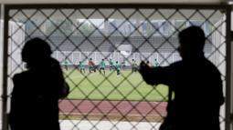 Juru kamera berusaha mengambil foto Timnas Indonesia saat latihan di Stadion Madya Senayan, Jakarta, Rabu (21/11). Latihan ini persiapan jelang laga Piala AFF 2018 melawan Filipina. (Bola.com/M. Iqbal Ichsan)