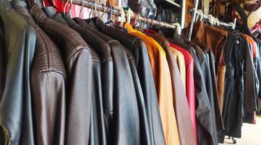 Jaket Kulit sukaregang menjadi salah satu produk handmade masyarakat Garut, yang sejak lama diakui di Indonesia.